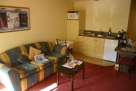 Tuscana Motor Lodge: 2 Bedroom Unit Living Area