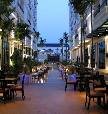 Tara Angkor Hotel: Outdoor dining area leading to pool