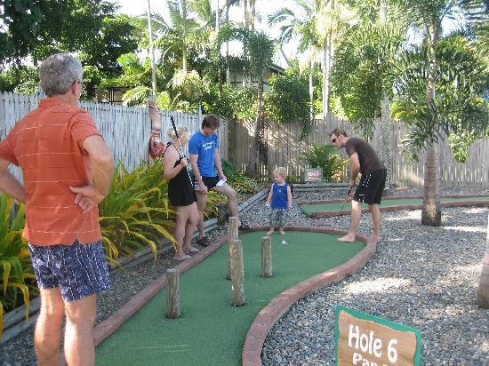 Ingenia Holidays Cairns Coconut: Putt Putt Golf