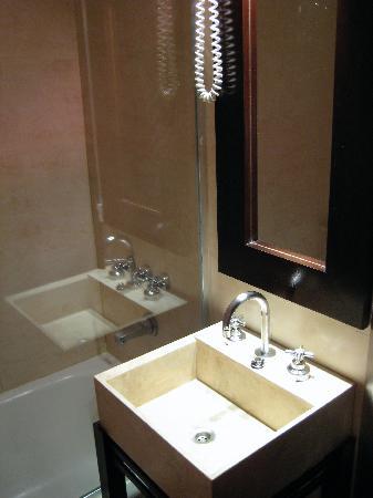Rochester Hotel Concept: La salle de bains : petite mais propre et efficace