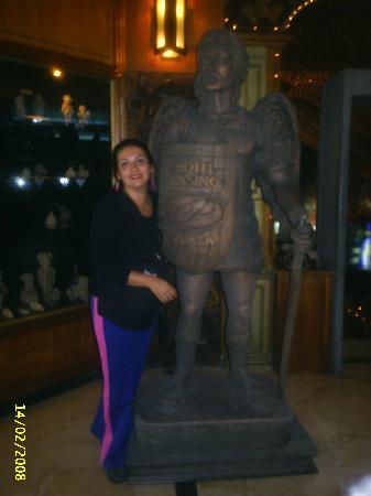 Best Western CPlaza Hotel: si vas al plaza debes fotografiarte con este amigo ecuatoriano