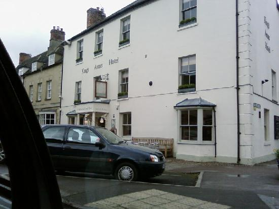 The Kings Arms Hotel and Restaurant: Hotel front - must be nice in Summer. Parking we found easy