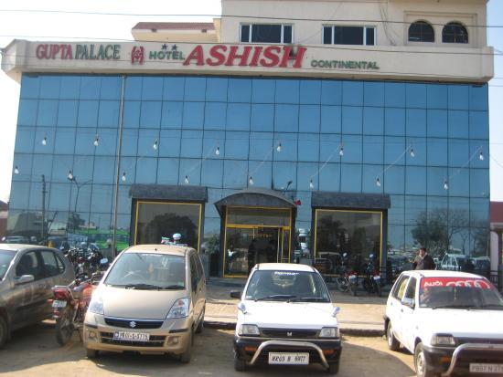 Hotel Ashish Continental: Hotel front