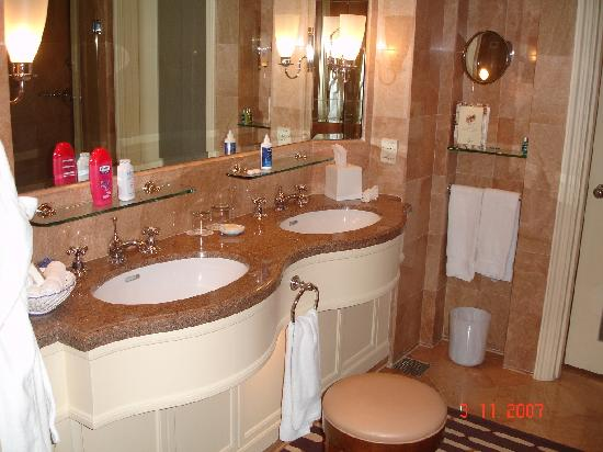 Four Seasons Hotel Singapore: Bathroom Pic 2