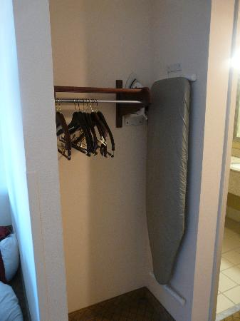 Holiday Inn Express Hotel & Suites New Tampa I-75 Bruce B. Downs: Closet