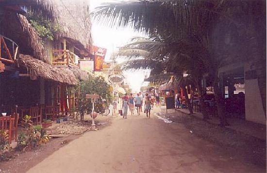 Hostal Papaya : Calle Guido Chiriboga 2006, desde la entrada del Papaya Hosteria (lado Izquierdo de la foto)