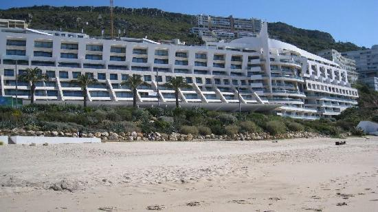 Sesimbra Hotel & Spa: Views of the hotel from local beach