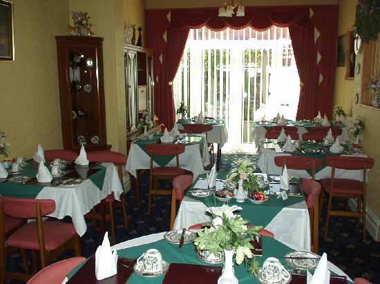 Surrey House Hotel: The Dinning room has changed since this photo its peach and cream now