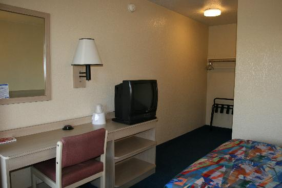 Motel 6 Morro Bay: Desk and TV area