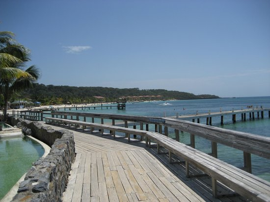 Las Rocas Resort & Dive Center: boardwalk from hotel to west bay beach