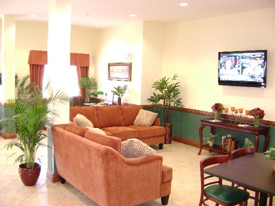Microtel Inn & Suites by Wyndham Port Charlotte: Hotel lobby