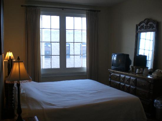 Monte Villa Inn : room-opened curtains