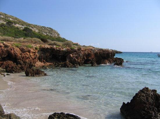 Son Bou, Hiszpania: Spiaggia verso la scogliera