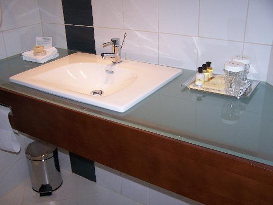 Holiday Inn Brno: Handbasin in stylish bathroom