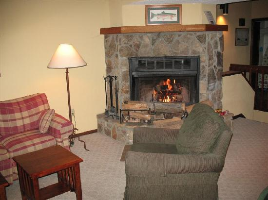 Wyndham Resort at Fairfield Sapphire Valley: Stone Fireplace