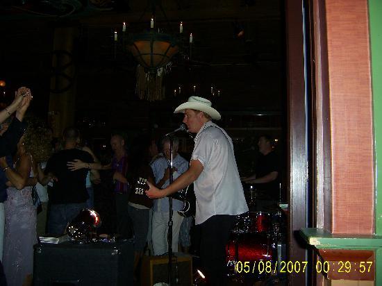 Best Western Plus Carlton Plaza Hotel: Johny Go Go at the Swans Brew Pub