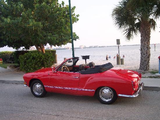 Cape Coral, Floride : Una Karmann Ghia alla spiaggia