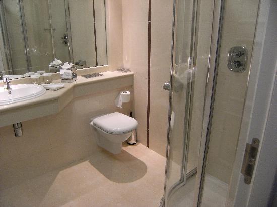 Charleville Park Hotel: Bathroom
