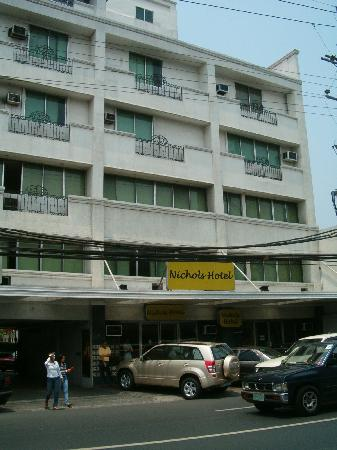 Nichols Airport Hotel: Front of the building