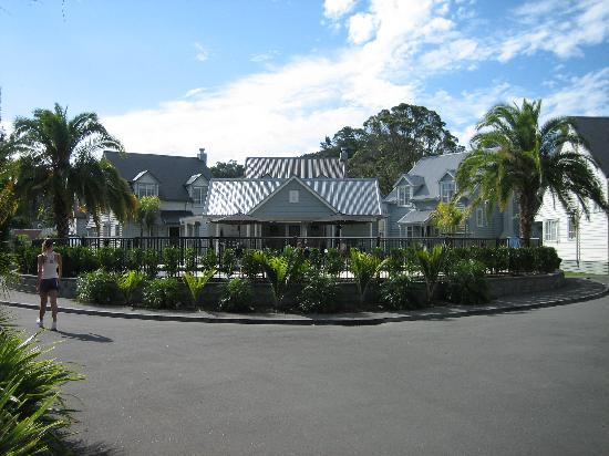 Russell Cottages : From the front gate to the pool