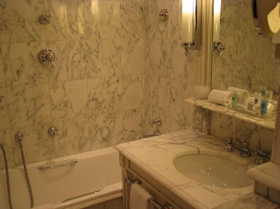 Hotel Luxembourg Parc: The Bathroom, Room 11