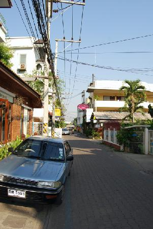 Sri Pat Guest House: The view down the street from the front entrance