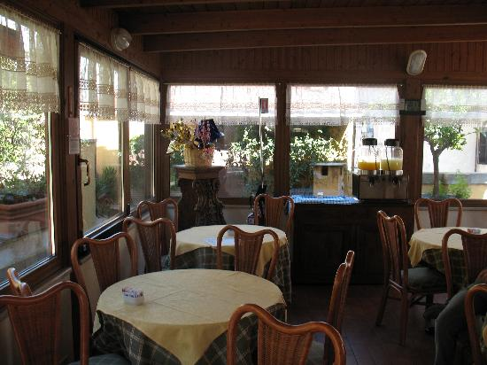 Hotel Portoghesi: The interior of the breakfast room