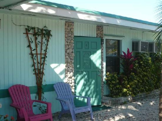 Seven Mile Bridge: The little qute Motel we stayed at, just about a mile before the bridge..!!