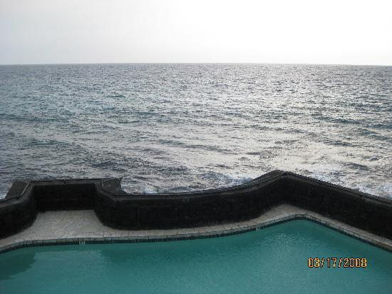 Kona Magic Sands: pool and ocean in front of us