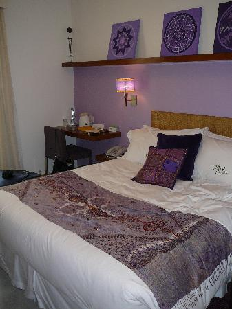 Mine Hotel Boutique : Our cute room. Love the color!