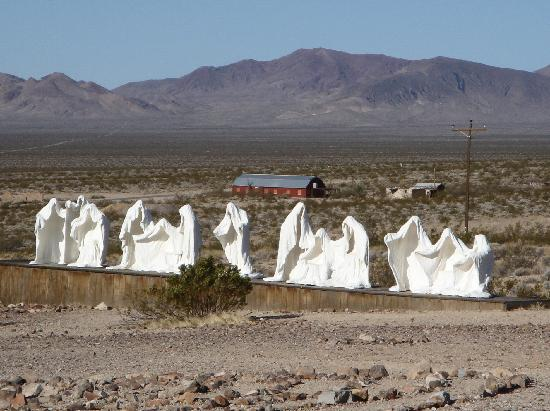 ‪‪El Portal Motel‬: Unique outdoor sculpture at nearby ghost-town of Rhyolite‬