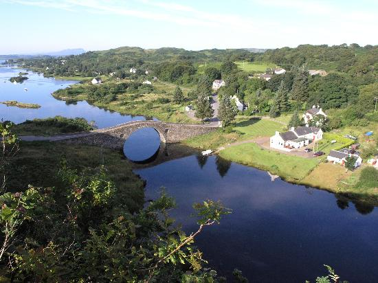 Isle of Seil, UK: That's Innish just towards the right of the picture