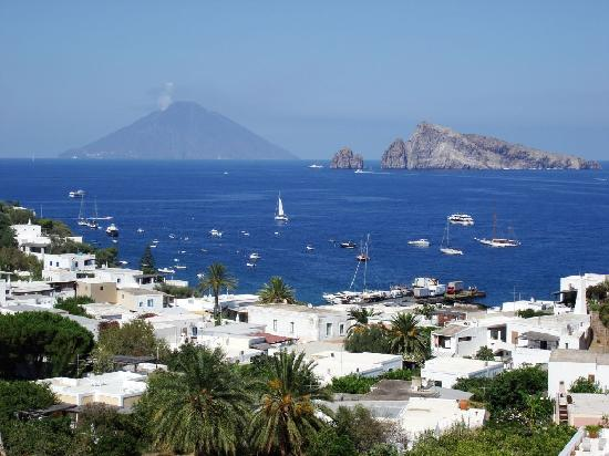 Hotel Raya: Stunning view of Stromboli from our terrace