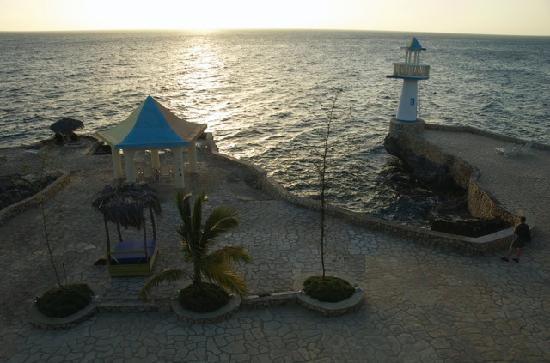 Negril Escape Resort & Spa: Lighthouse and the cliffs