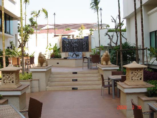 Tara Angkor Hotel: Way to pool - outdoor seating for restaurant