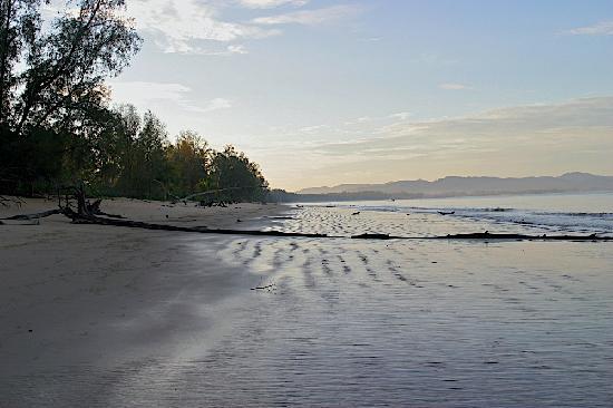 เกาะคอเขา รีสอร์ท: Walking north, looking south  at sunrise