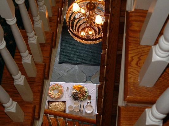 Abigail's Hotel: Looking down at free evening appetizers