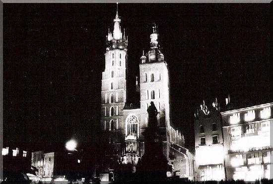 Kraków, Polen: The main square by night.