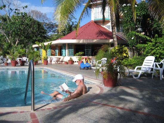 Buccoo, Tobago: Enjoying the pool