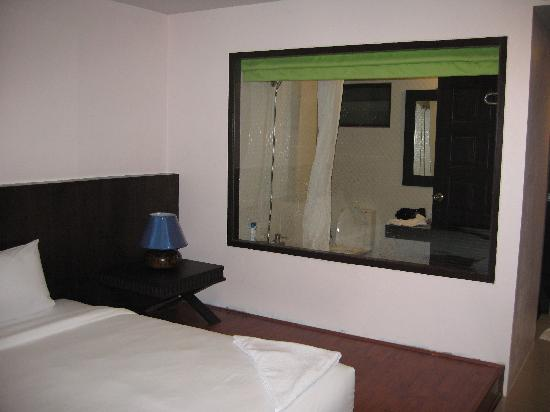 Chaweng Beach Hotel: A window in the bathroom? To watch telly of course whilst bathing!