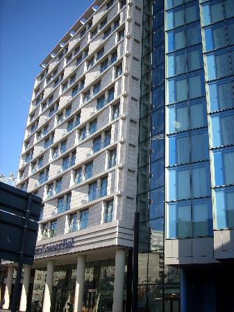 Park Plaza County Hall London: Outside the hotel