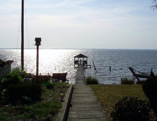 Duck Inn Bed and Breakfast: Duck Inn - gazebo on water - 3/28/2008