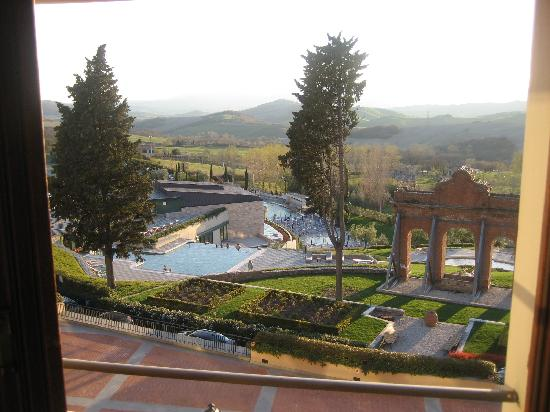 San Casciano dei Bagni, Italië: The view from our room of the countryside