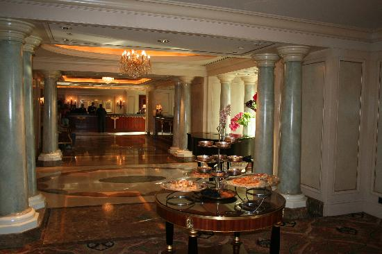 Four Seasons Hotel Cairo at the First Residence : le lobby (au fond)