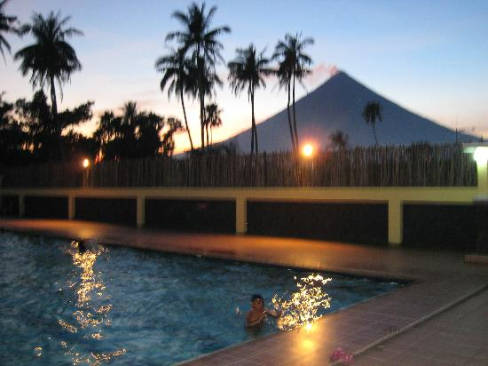 Calayucay, Philippinen: Poolside View of Mayon Volcano