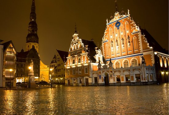 Riga, Latvia: House of Blackheads by night – The Melngalvju