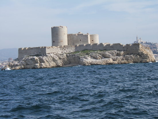 Marseille, Frankrig: Passing the Chateau D'If on the boat tour