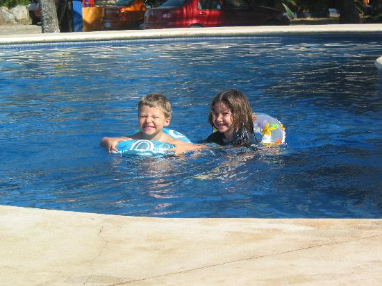 Mi Casa Es Su Casa: our kids in the pool