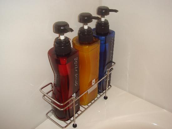 Hotel Sunroute Plaza Shinjuku: Pola - shampoo/conditioner/body soap.