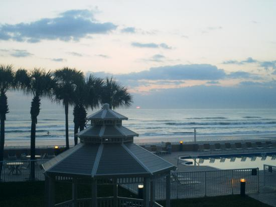 Holiday Inn Hotel & Suites Daytona Beach: Sunrise over pool from 2nd floor